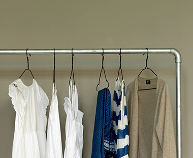Hideg színű ingek és ruhák drót vállfákon 8e50d41cc8